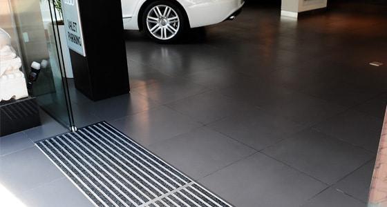 tapis aluminium sur mesure pour le grand passage. Black Bedroom Furniture Sets. Home Design Ideas